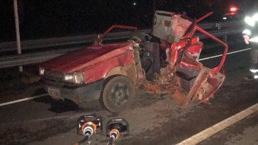 Fiat/Uno ficou totalmente destruído — três pessoas morrem no acidente (Foto: Bombeiros/Divulgação)