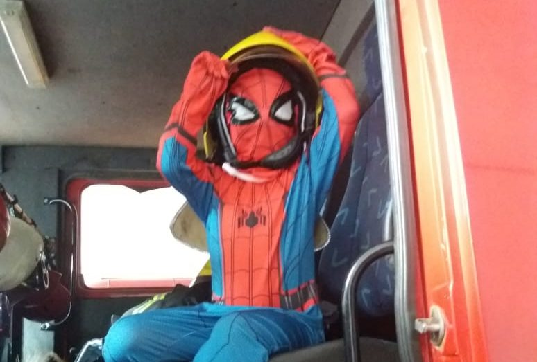 Pedro aproveitou para conhecer o quartel dos bombeiros em Uberaba (Foto: Bombeiros/Divulgação)