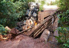 Caminhão caiu da ponte do Córrego São Domingos (Foto: Bombeiros/Divulgação)