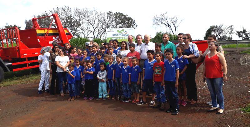 O prefeito de Ituiutaba, Fued Dib, com crianças da zona rural (Foto: Ascom)