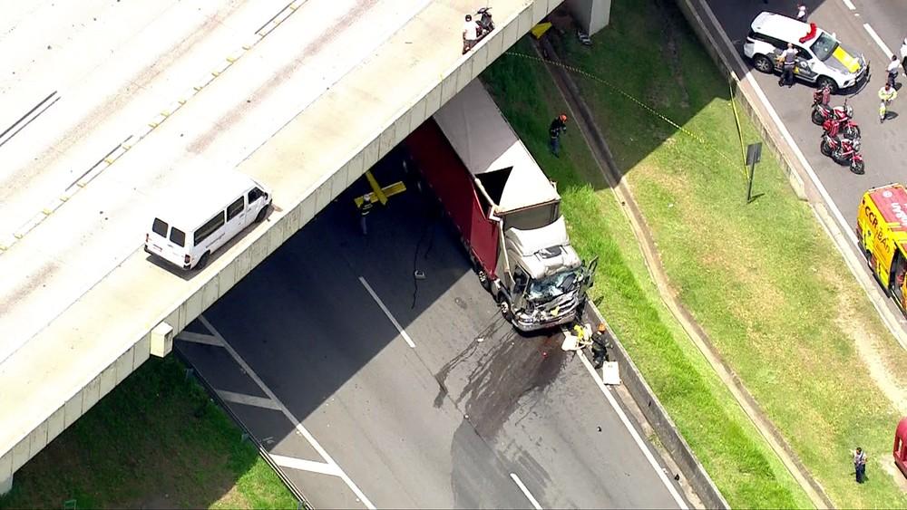 Helicóptero caiu e chocou-se contra caminhão (Foto: G1)