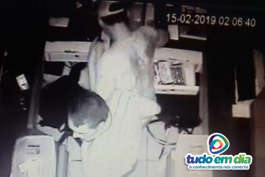 Câmeras de segurança flagraram os suspeitos