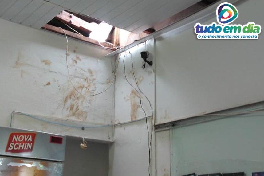 Os bandidos removeram o telhado e arrancaram o forro de PVC para terem acesso ao interior do estabelecimento