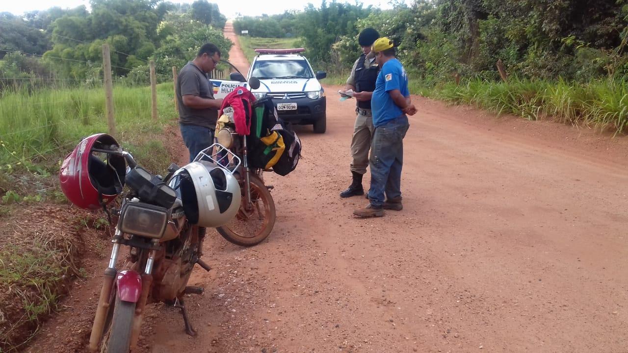 Militares durante abordagem na zona rural de Monte Alegre (Foto: PMMG/Divulgação)