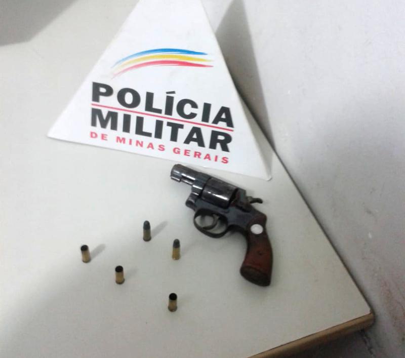 Arma de fogo utilizada pelos criminosos (Foto: PMMG/Divulgação)