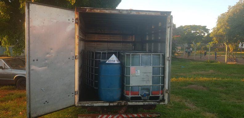 PM apreendeu tonéis com cerca de 7 mil litros de óleo diesel (Foto: PMMG/Divulgação)