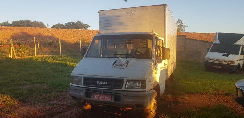 Dois caminhões foram apreendidos durante a operação da PM (Foto: PMMG/Divulgação)