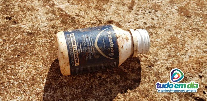 <em>Frasco do veneno encontrado na cooperativa ainda e exalava forte odor na manhã desta terça-feira (05). O frasco do veneno tem apenas 100ml (Foto: Paulo Braga / Tudo Em Dia)</em>