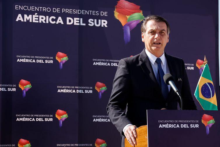 O presidente do Brasil, Jair Bolsonaro, concede entrevista coletiva ao desembarcar em Santiago, Chile - José Dias/PR