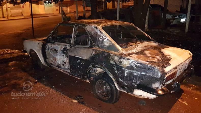 Ford Corel I ficou destruído (Foto: Bombeiros/Divulgação)