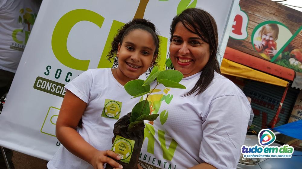 (Esq) Melissa e a mãe Michelle Pereira — gerente de RH da CRV Industrial (Foto: Paulo Braga/Tudo Em Dia)