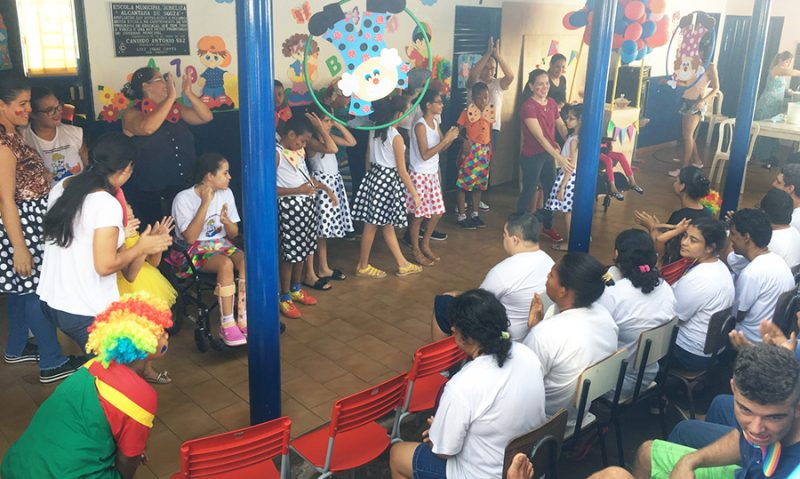 O Dia do Circo foi comemorado com muita alegria na APAE em Capinópolis (Foto: Divulgação)