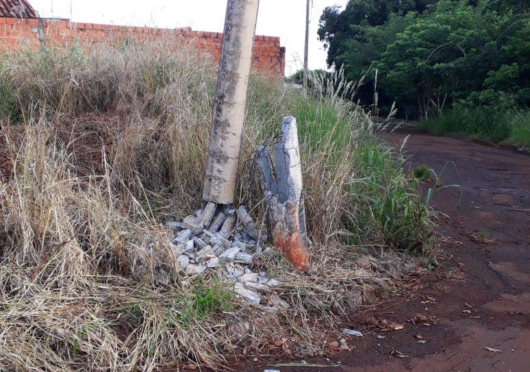 Poste na Rua Abelard Belo Pereira ficou danificado após acidente com caminhão na manhã desta terça-feira (26).