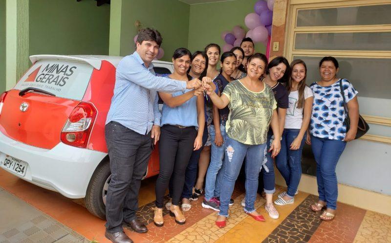 O prefeito Cleidimar Zanotto entrega chaves do carro 0km à coordenadora Mona Nascimento (Foto: Ascom)
