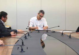 Romeu Zema assina protocolo de intenção para investimentos — Crédito (fotos): Gil Leonardi/Imprensa MG