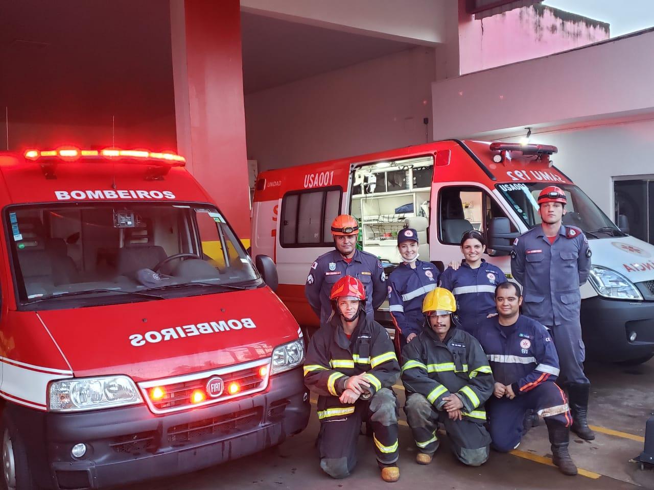 Equipe dos Bombeiros que efetuaram o resgate (Foto: Bombeiros/Divulgação)