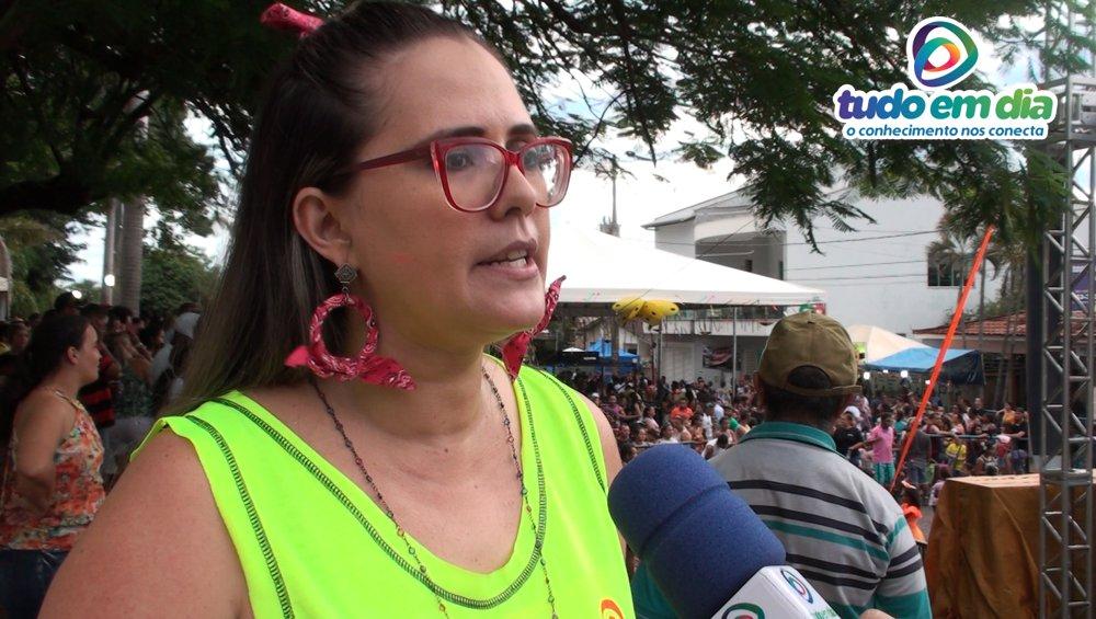 Queli Franco, uma das organizadoras do 'Capim Folia' 2019 durante entrevista ao jornalista Paulo Braga (Foto: Tudo Em Dia)