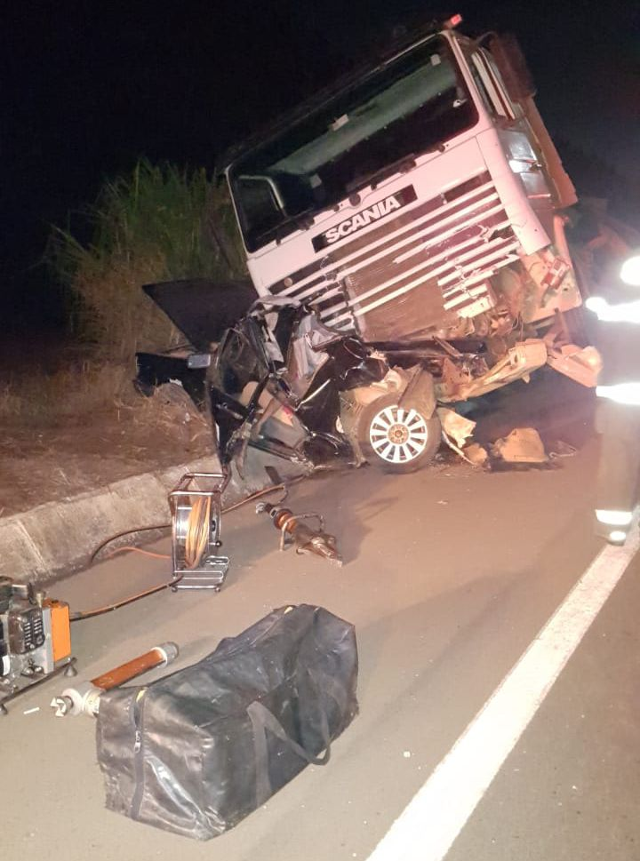 Homem de 52 anos não resistiu aos ferimentos e morreu no local (Foto: Bombeiros/Divulgação)