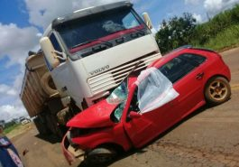 Veículo de passeio ficou totalmente destruído