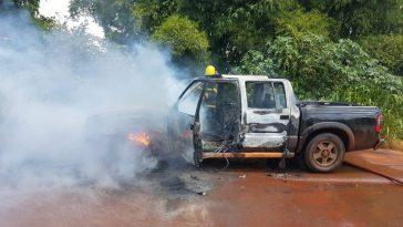 Veículo ficou destruído (Foto: Bombeiros/Divulgação)
