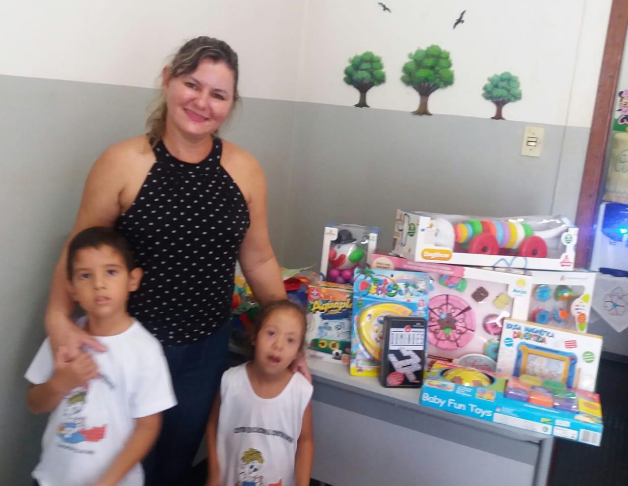 Viviane Tavares, diretora da APAE e alunos (Foto: Divulgação)