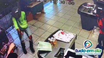 Ação de um dos criminosos foi flagrada por uma câmera de segurança (Foto: Reprodução)
