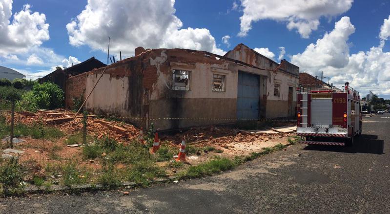 Barracão desabou na tarde desta terça-feira, 19. Foto: Bombeiros de Araguari