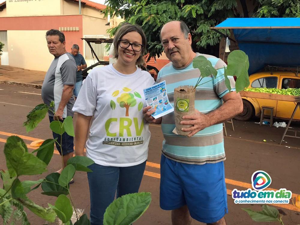 Luiz Alberto Longo recebeu uma muda de Freijo das mãos da bióloga Lívia Reis (Foto: Taís Carrijo)