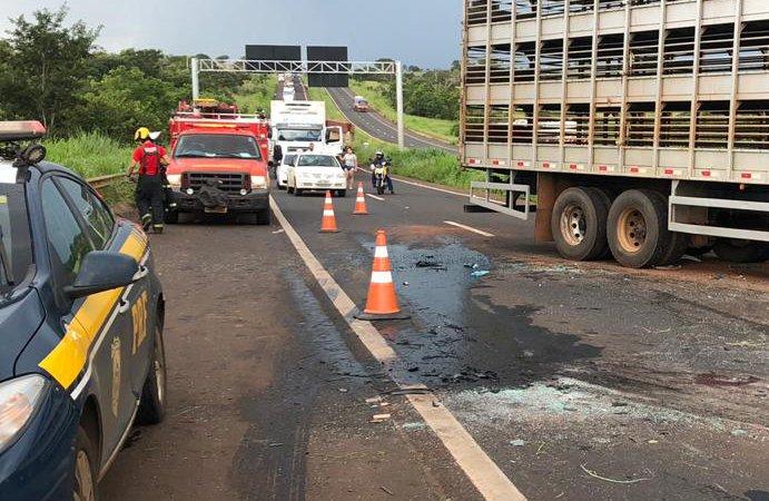 Uma grande quantidade de óleo ficou espalhada na pista (Foto: Bombeiros/Divulgação)