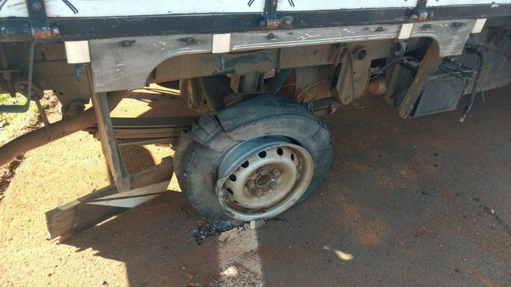 a PRF constatou que a caminhonete, utilizada para dar manutenção no sistema de eletricidade do município, está com os pneus em mau estado de conservação.