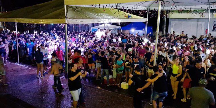 Estrutura abrigou os foliões durante a chuva constante (Foto: Paulo Braga/Tudo Em Dia)