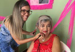 Maria do Socorro Câmara dá um retoque na beleza (Foto: Ascom)