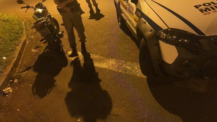 Porção de maconha foi apreendida com o passageiro da motocicleta (Foto: PMMG)