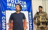 Tatuador era considerado foragido e foi levado para delegacia na Região Metropolitana — Foto: Daniel Galvão/TV Globo