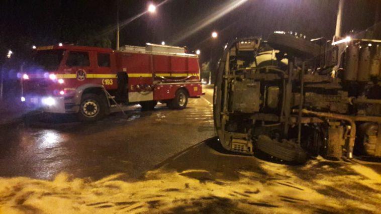 Caminhão estava carregado com carne resfriada (Foto: Bombeiros/Divulgação)