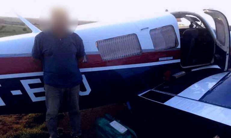 Aeronave levava a droga para Uberaba, mas piloto acabou ficando perdido (Foto: PM / Divulgação)