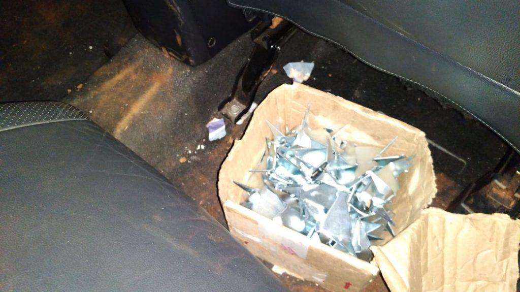 'Miguelitos' foram apreendidos dentro de um dos veículos dos criminosos (Foto: PMMG/Divulgação)