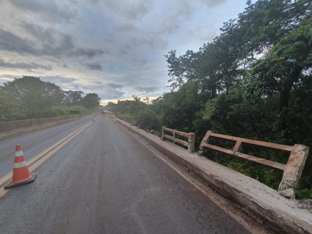 Carreta atingiu as guias da ponte do Córrego do Jacú (Foto: Bombeiros/Divulgação)