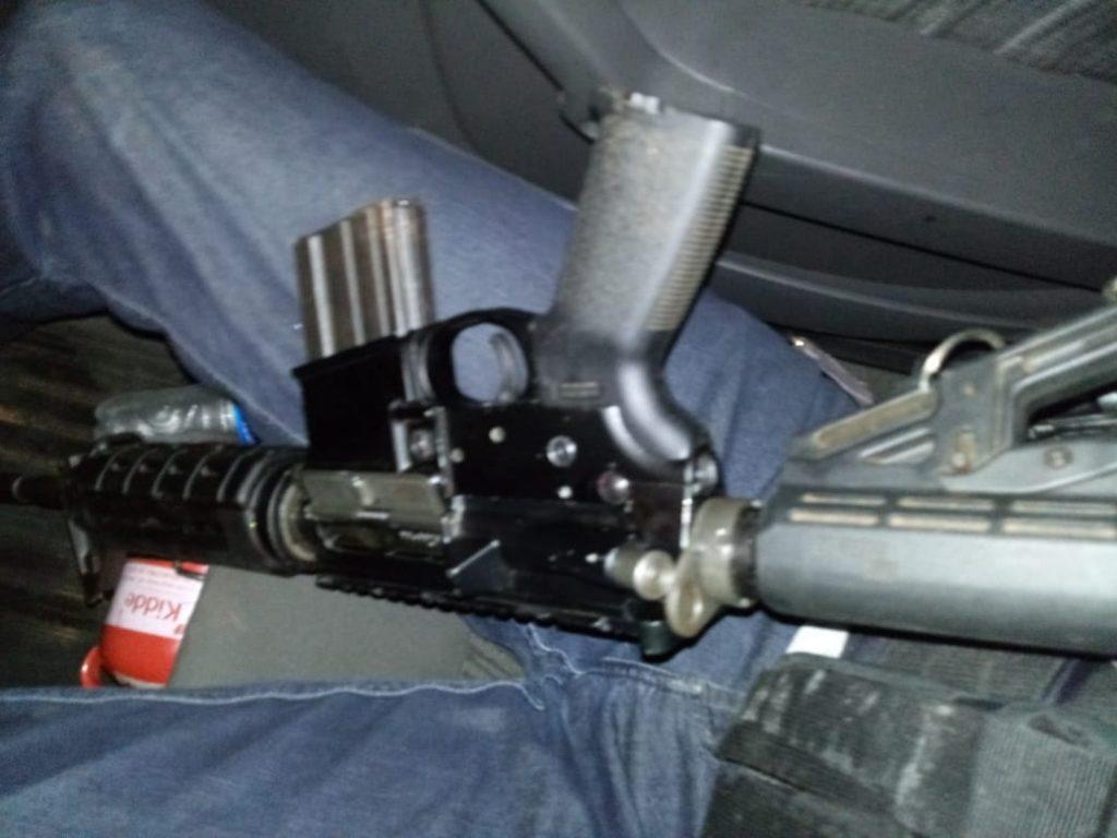 Bandidos estavam de posse de um fuzil (Foto: Reprodução)