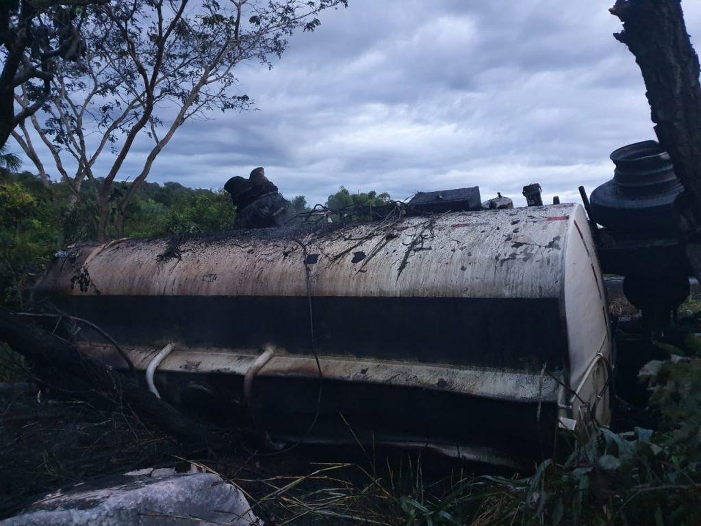 Carreta bitrem carregada com combustível pegou fogo ao tombar às margens pista