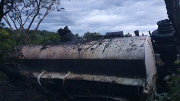 Carreta bitrem carregada com combustível pegou fogo ao tombar às margens pista (Foto: Bombeiros/Divulgação)