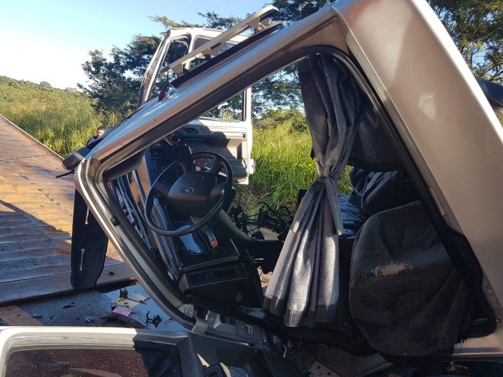 Cabine do caminhão ficou destruída devido ao impacto (Foto: Bombeiros/Divulgação)
