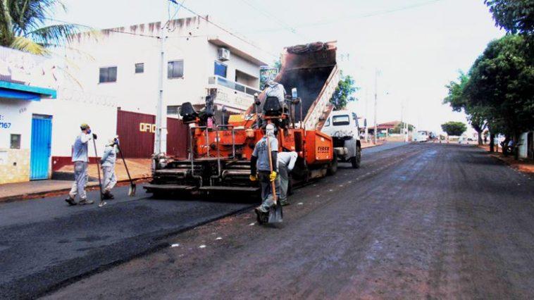 Trecho da Avenida 101, antes pavimentada com bloquetes, acaba de receber asfalto (Foto: Ascom)