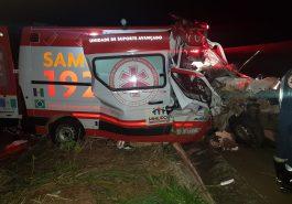 Ambulância do SAMU teve a parte frontal destruída no impacto (Foto: PRFGO/Divulgação)