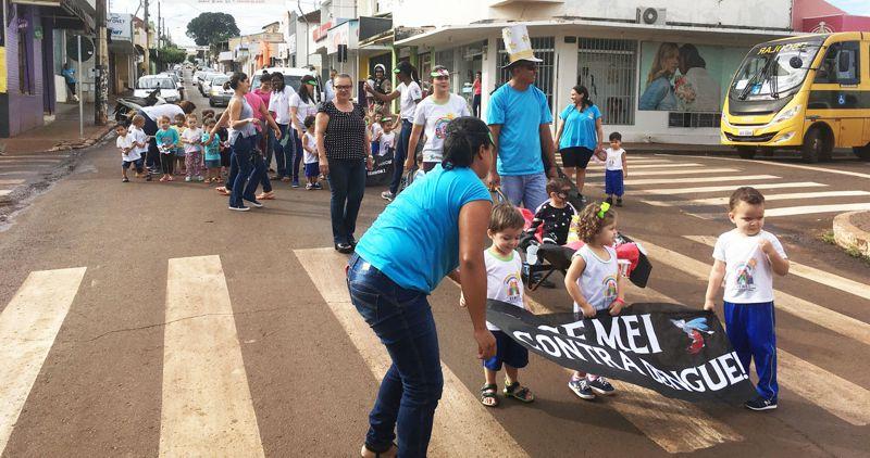 Pequeninhos do CEMEI realizam caminhada contra a dengue em Capinópolis