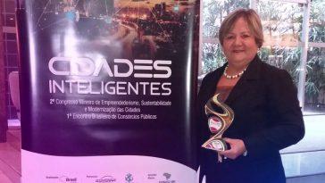 Iracilda Duarte recebeu o prêmio 'Cidades Inteligentes' em Belo Horizonte