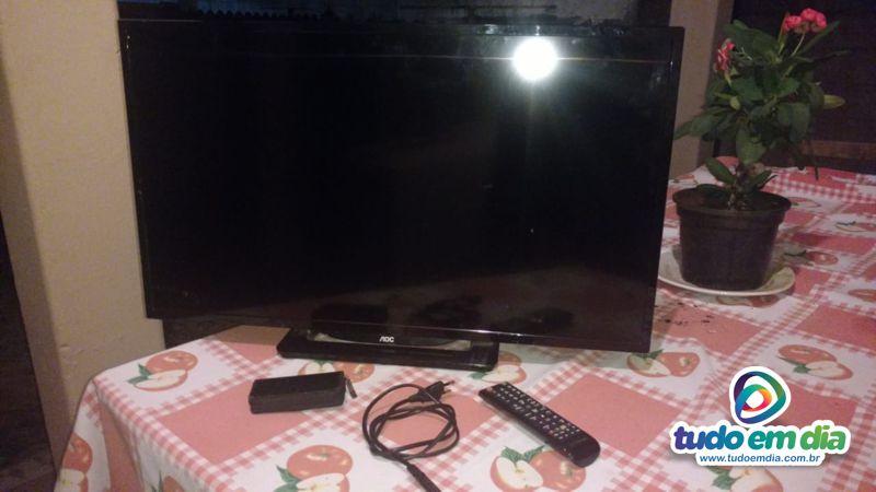 Televisor da marca AOC foi recuperado na casa do vizinho suspeito do furto (Foto PMMG/Divulgação)