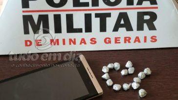 Aparelho Celular e a droga foram apreendidos pela polícia (Foto: PMMG/Divulgação)