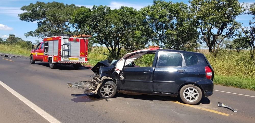 Batida de frente entre dois veículos na BR-365 deixou uma vítima fatal e duas pessoas feridas — Foto: Corpo de Bombeiros/Divulgação