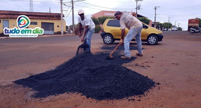 Cerca de 80 toneladas de lama asfáltica serão utilizadas na operação (Foto: Paulo Braga / Tudo Em Dia)
